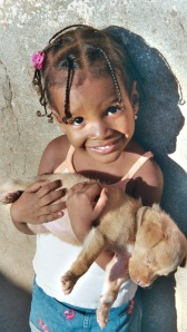 Bambina con il suo cane in braccio