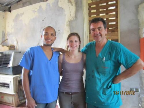 Da sinistra a destra, il dott. Guilherme Oliveira, in nostro chirurgo capoverdaino,  Yvette Bell, veterinaria volontaria inglese, un'altra delle instancabili di SIMABO, e il dott. Saglia, veterinario volontario di  Torino.