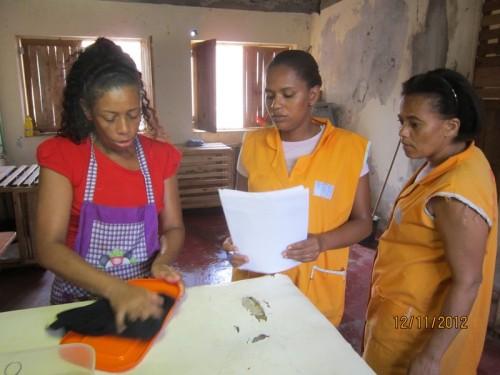Da sinista a destra: Nanda, l'aiuto di sala operatoria e infermiera tuttofare, Sonia, sempre con qualche documento in mano, e Lucia, la responsabile delle pulizie e delal cucina del rifugio. Tre persone davvero instancabili e insostituibili.