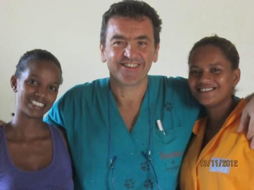 Il dottor Sergio Saglia con Tatiana, responsabile del passeggio dei cani del rifugio, e sonia, segretaria e responsabile delle cartelle cliniche di SIMABO.
