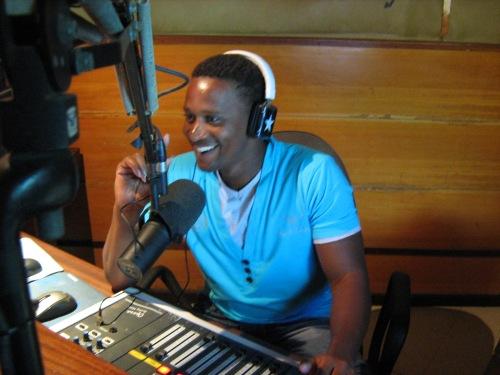 Alsindo Moreno, speaker della trasmissione Momento Crioulo su Radio Nova, durante l'intervista condotta a Silvia Punzo sulle attività di Si Ma Bô.
