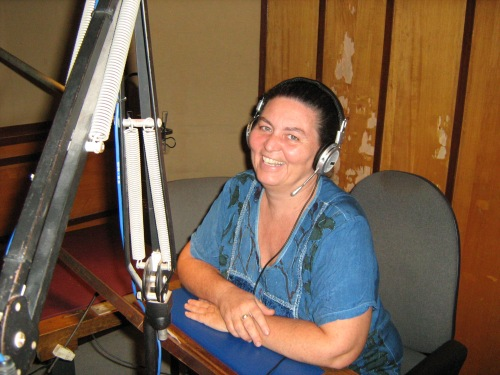 Silvia Punzo sorride soddisfatta durante la sua intervista presso gli studi di Radio Nova, popolare emittente capoverdiana.