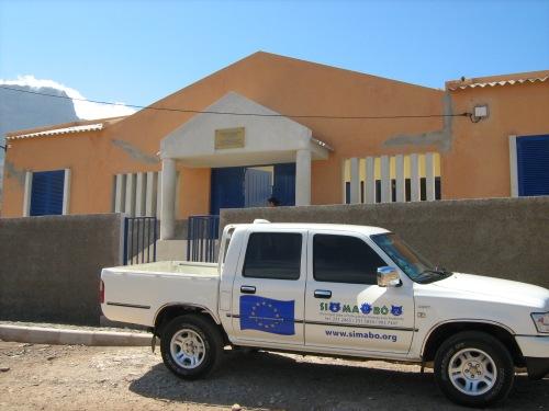 Il furgoncino di Si Ma Bô arriva al centro comunitario di Lameirão per la consueta attività di sterilizzazione. Sono pochi i capoverdiani disposti a portare il proprio cane in città per farlo sterilizzare, quindi per raggiungere l'obiettivo sono i veterinari stessi di Si Ma Bô ad andare a operare nella campagne nei dintorni di Mindelo.