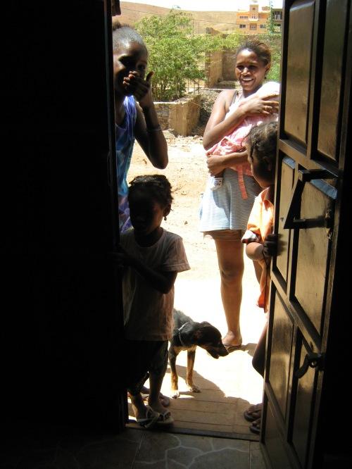 L'attività dello staff di Si Ma Bô suscita sempre la curiosità della popolazione locale: padroni, cani e bambini.