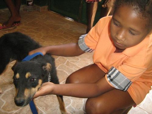 Una bambina porta il suo cane ai veterinari di Si Ma Bô per l'operazione di castrazione. Salute degli animali ed educazione dei più piccoli procedono di pari passo.