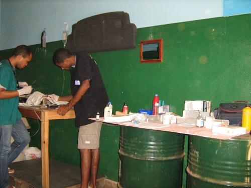 Lo staff di Si Ma Bô a lavoro nella sala operatoria allestita nel garage di Magda e Calù nella loro abitazione a Chã de Marinha.