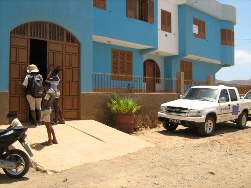 L'ingresso del garage di Magda e Calù, nella loro casa a Chã de Marinha, in cui si sono svolte le consuete operazioni di castrazione di Si Ma Bô.