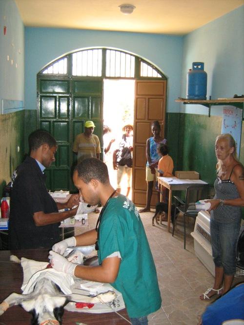 Magda, la padrona di casa sulla sinistra, accoglie lo staff di Si Ma Bô nel proprio garage per le sterilizzazioni dei cani del suo quartiere.