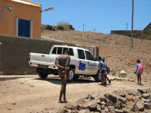 Bambini ch rientrano dalla scuola del villaggio e commentano con eccitazione la presenza del furgoncino di Si Ma Bô