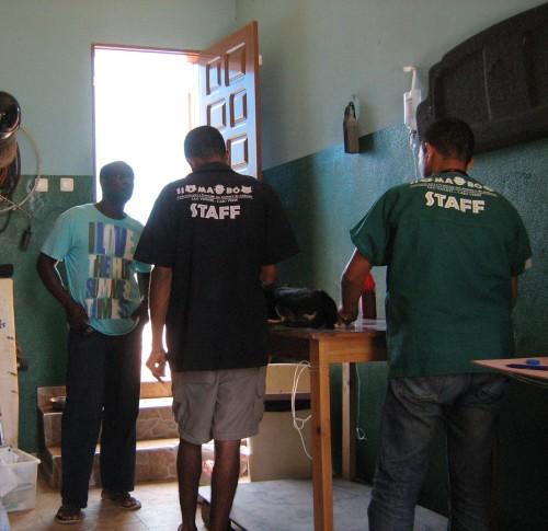 Il padrone di casa Calù accoglie lo staff di Si Ma Bô nel proprio garage per le consuete attività di sterilizzazione fuori sede.